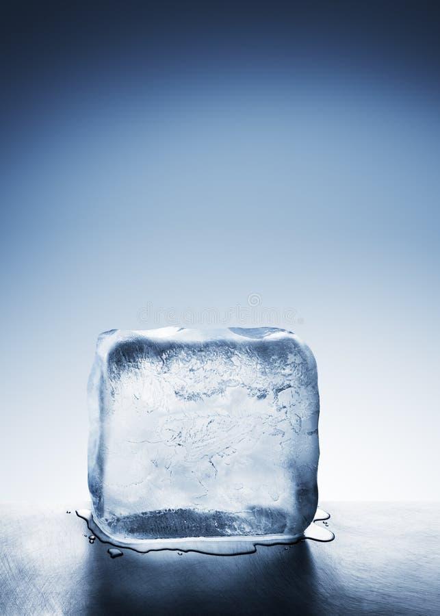 Koud blauw ijsblok die in watervulklei smelten stock afbeeldingen
