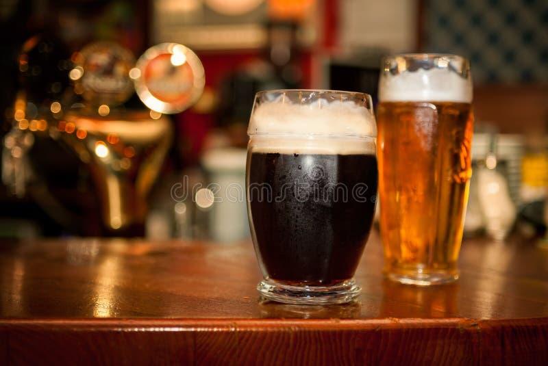 Koud donker bier in glas royalty-vrije stock afbeeldingen