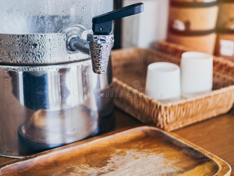 Koud drinkwater op koeler in koffie royalty-vrije stock afbeelding