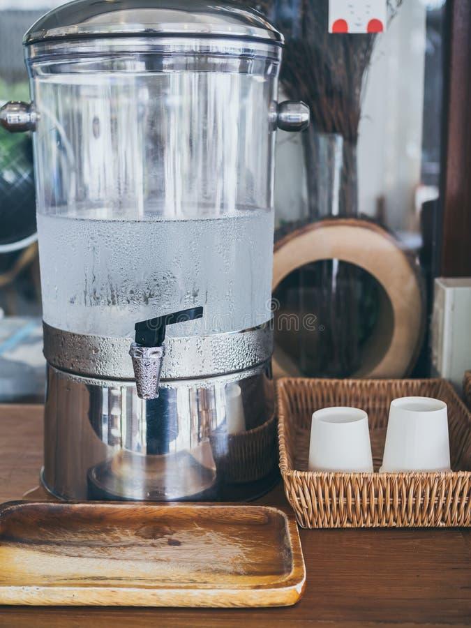 Koud drinkwater op koeler in koffie stock foto