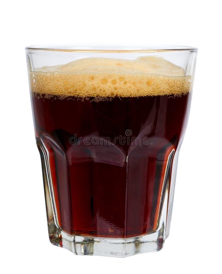 Koud glas donker die bier of kwas met schuim op witte achtergrond wordt geïsoleerd stock fotografie