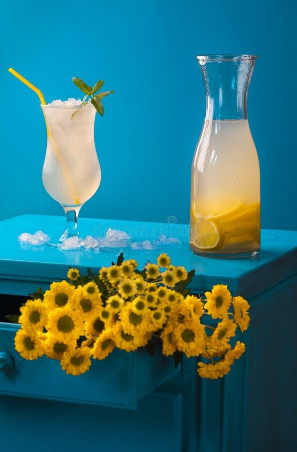 Koud limonadeglas en geel bloemboeket royalty-vrije stock afbeelding