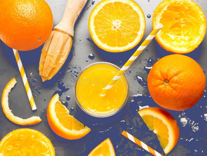 Koud vers verfrissingsjus d'orange op zwarte achtergrond met liqui stock foto's