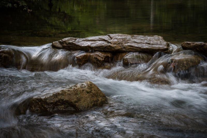 Koud Water over Rotsen stock fotografie