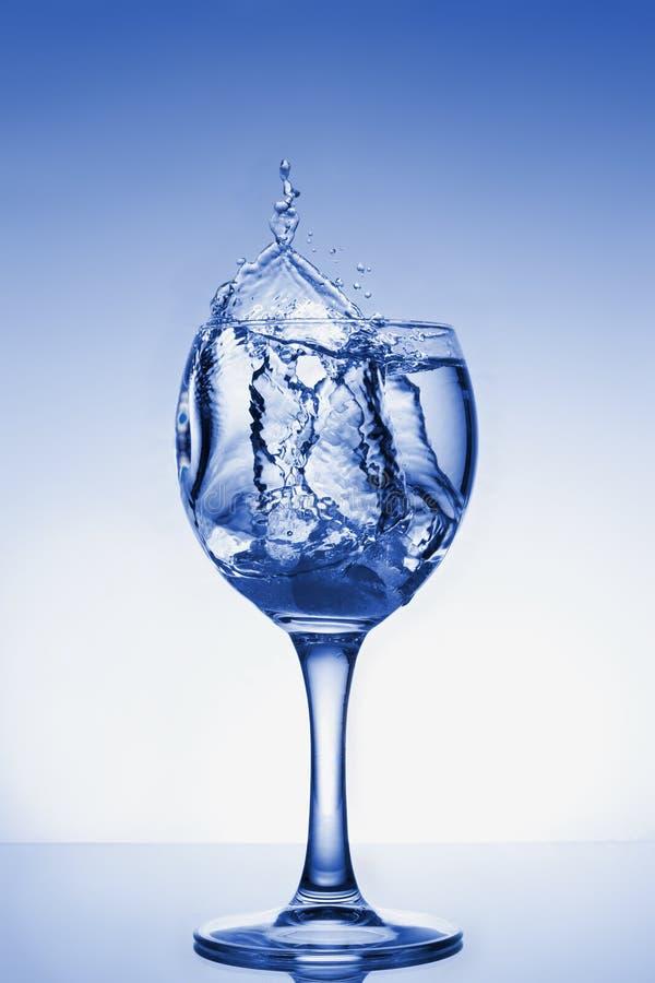 Koud waterplonsen in een glas royalty-vrije stock foto's