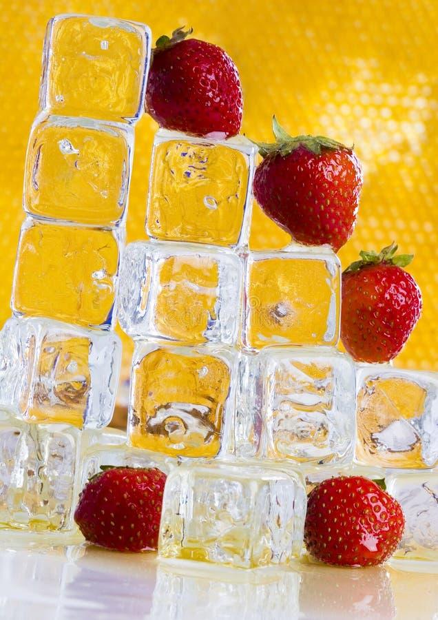 Koude aardbeien met honing stock foto's