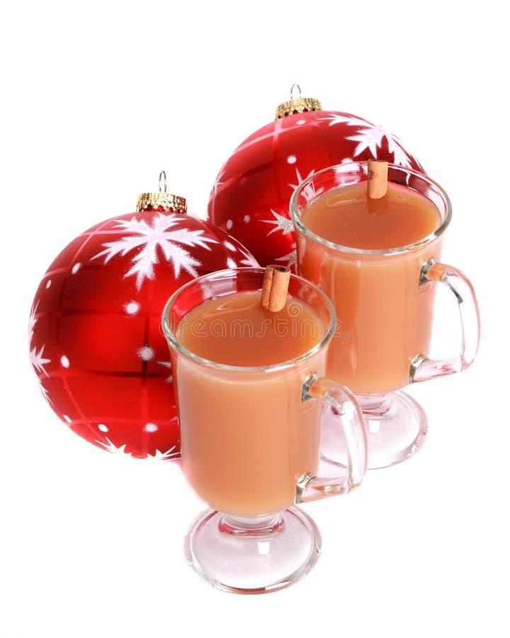 Koude appelcider met de ornamenten van Kerstmis stock foto's