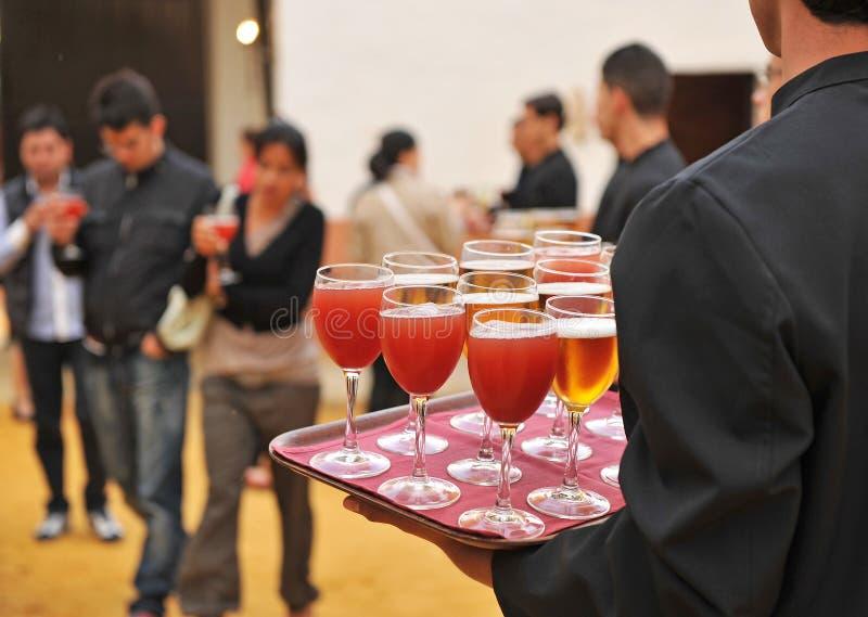 Koude bier en frisdranken, barman, de richtende dienst stock foto