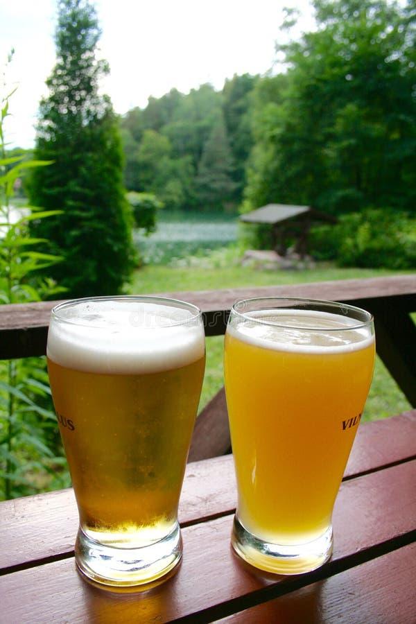 Koude bieren op een houten lijst royalty-vrije stock foto's