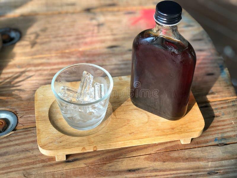 Koude brouwkoffiebodem en glas op de houten lade stock fotografie