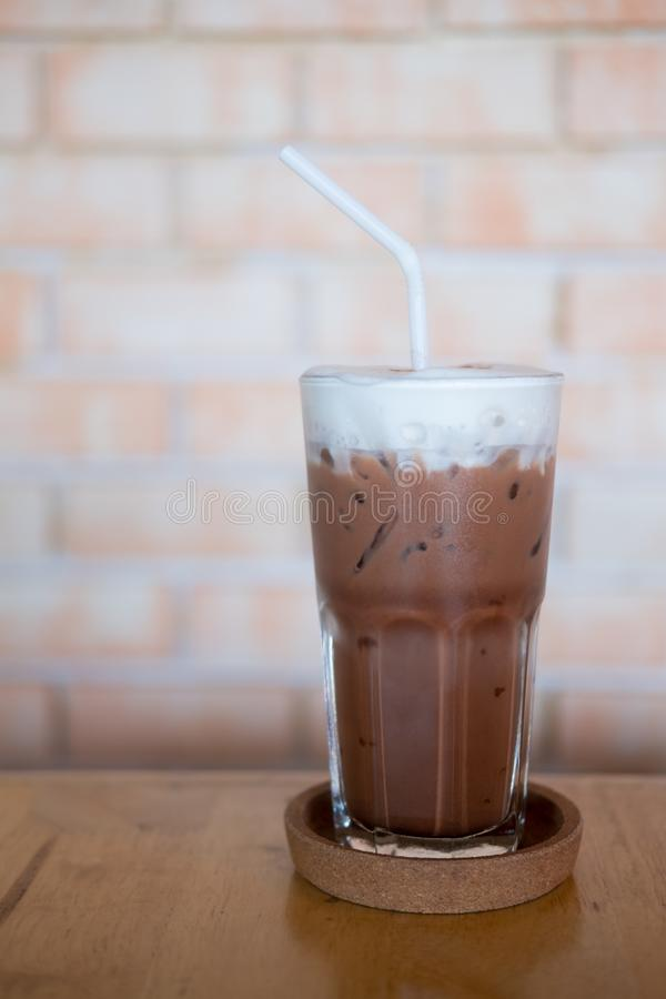 Koude chocolademilkshake in lang glas stock fotografie