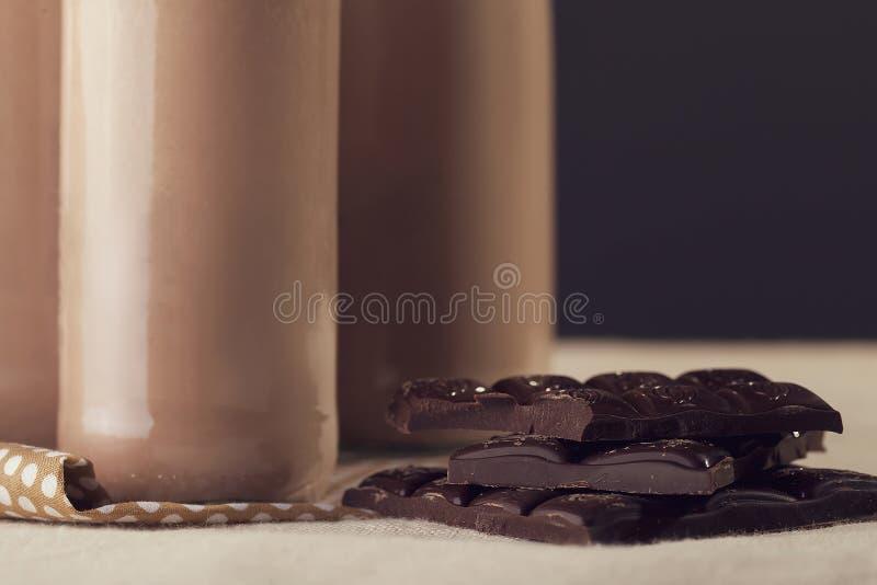 Koude chocolademilkshake in lang glas met ijs royalty-vrije stock foto's