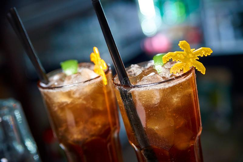 Koude cocktail op een donkere vage achtergrond met bokeh royalty-vrije stock afbeeldingen