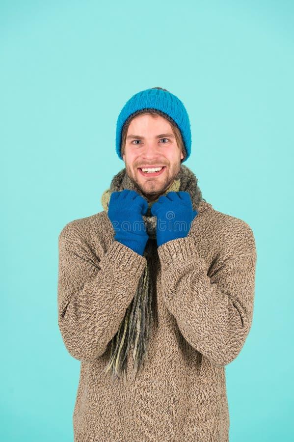 Koude dagen, warme harten De gelukkige mens voelt vakantiegeest De winterkleren van de mensenslijtage in koud weer Comfortabele d royalty-vrije stock afbeelding