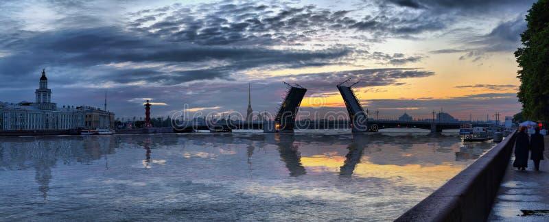 Koude dageraad over de Neva-rivier in St. Petersburg stock afbeelding