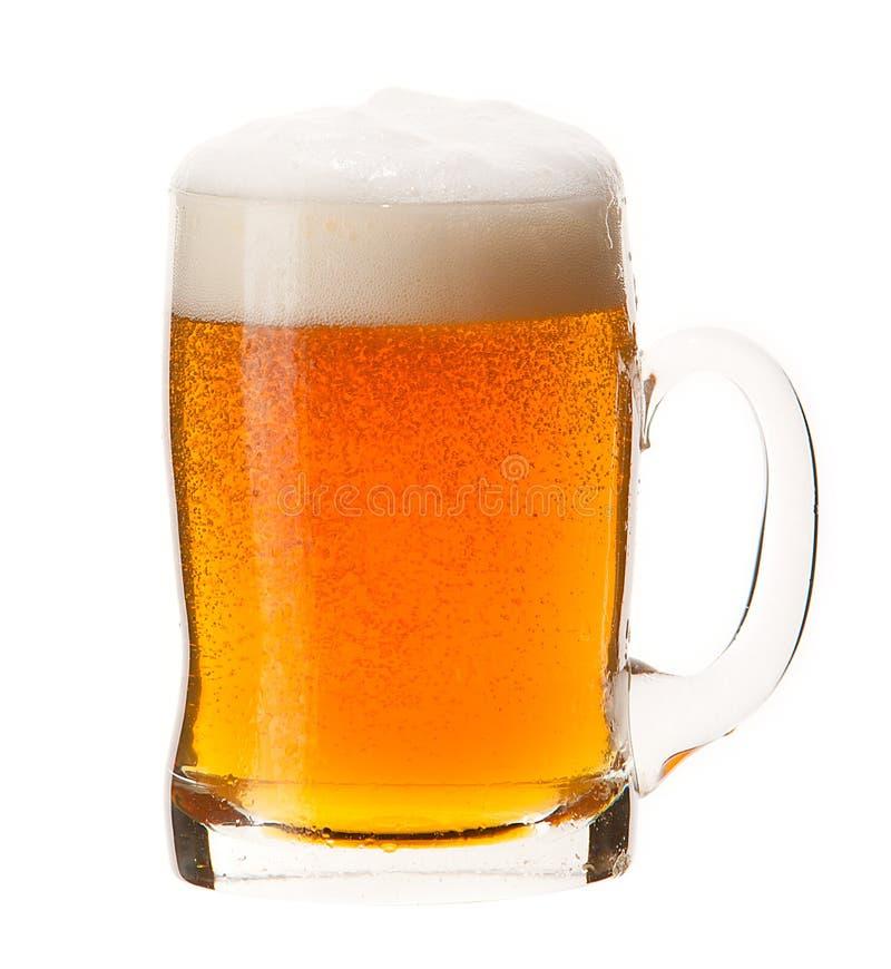 Koude die mok bier met schuim op witte achtergrond wordt geïsoleerd stock afbeelding
