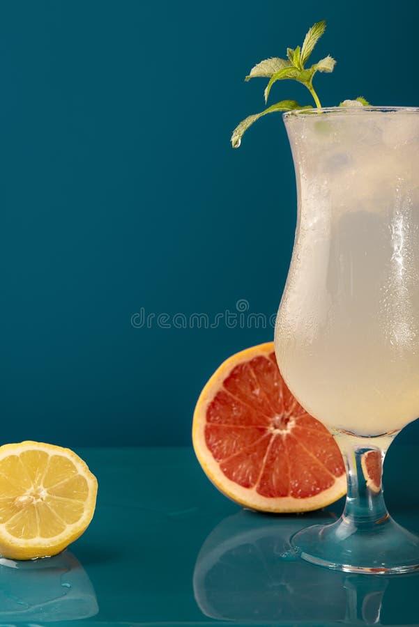 Koude drank met citroenen en grapefruit stock foto's
