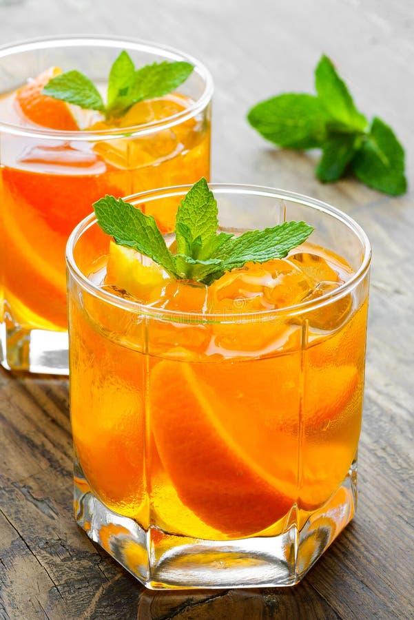 Koude dranken met ijs en munt Oranje cocktail  royalty-vrije stock afbeeldingen