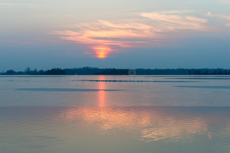 Koude eenzame zonsondergang in Nederlandse Loosdrecht stock foto