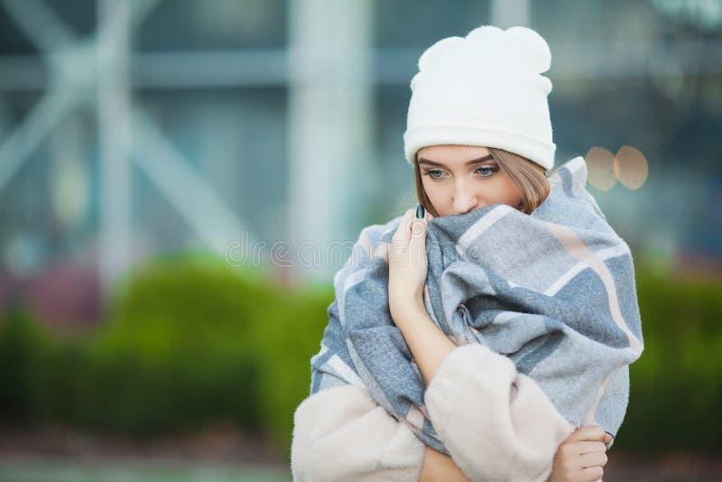 Koude en Griep De vrouw wordt ziek en hoest, dragend de herfstkleren stock afbeeldingen