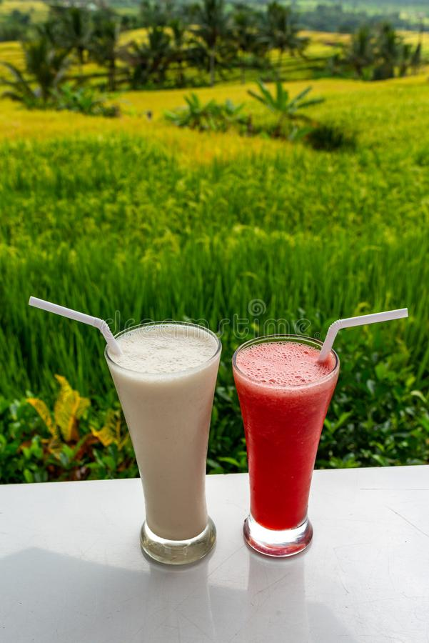Koude en verse Watermeloen en milkshake smoothies op de het gebiedsachtergrond van rijstterrassen royalty-vrije stock fotografie