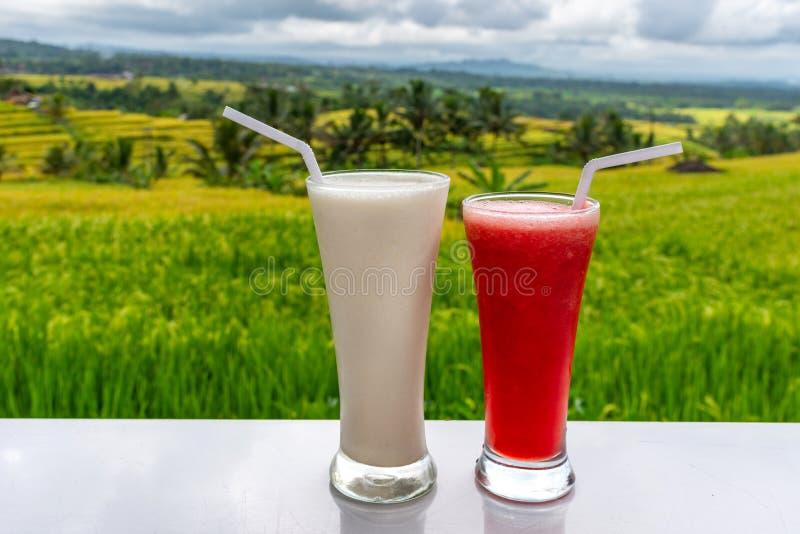 Koude en verse Watermeloen en milkshake smoothies op de het gebiedsachtergrond van rijstterrassen stock foto