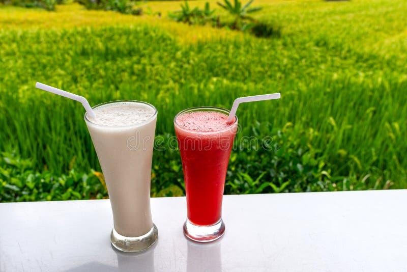 Koude en verse Watermeloen en milkshake smoothies op de het gebiedsachtergrond van rijstterrassen stock foto's