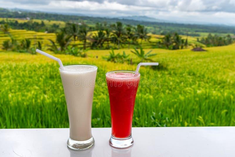 Koude en verse Watermeloen en milkshake smoothies op de het gebiedsachtergrond van rijstterrassen stock afbeeldingen