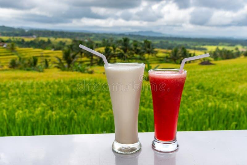 Koude en verse Watermeloen en milkshake smoothies op de het gebiedsachtergrond van rijstterrassen stock afbeelding