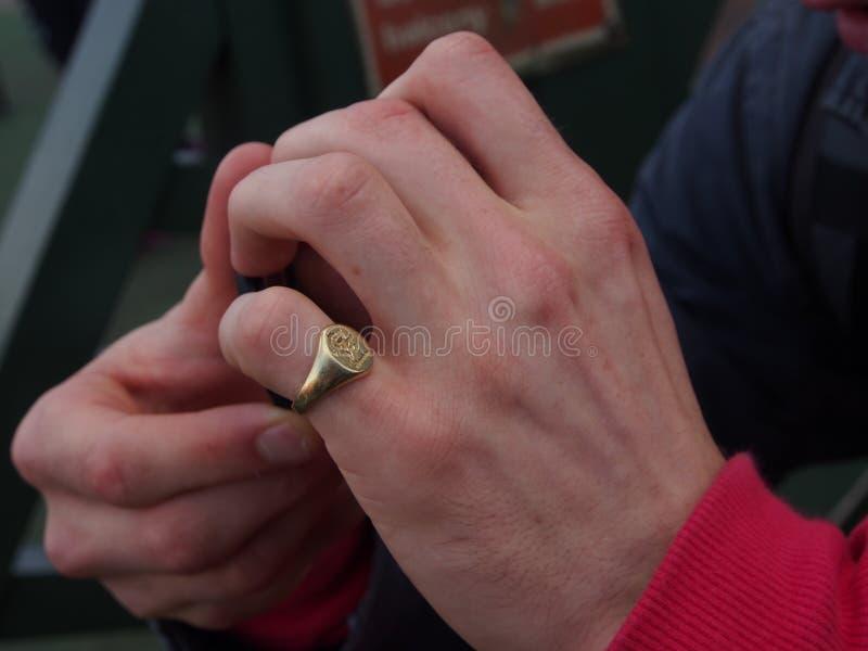 Koude en zenuwachtige handen royalty-vrije stock fotografie