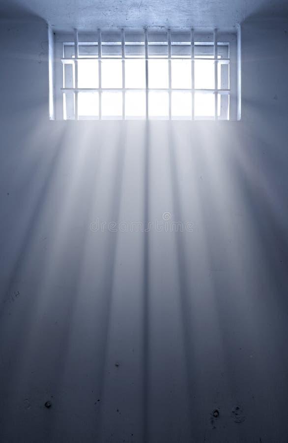 Koude gevangeniscel met zonneschijn door venster vector illustratie