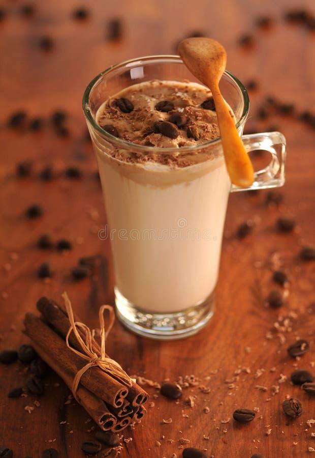 Koude ijskoffie met chocolade