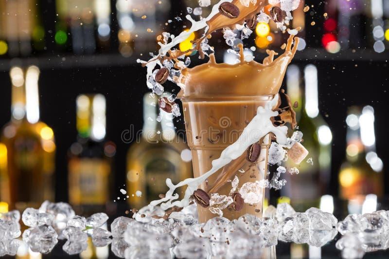 Koude koffiedrank met ijs, bonen en plons royalty-vrije stock afbeelding