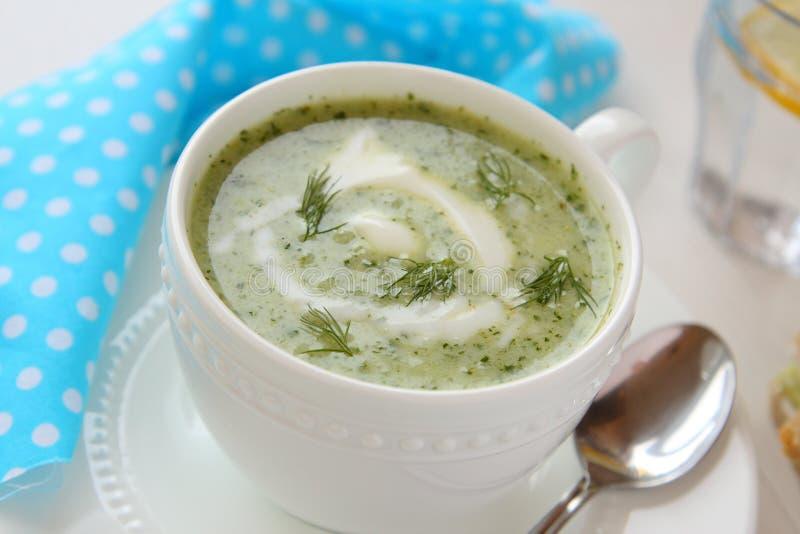 Koude komkommersoep met dille en yoghurt royalty-vrije stock fotografie
