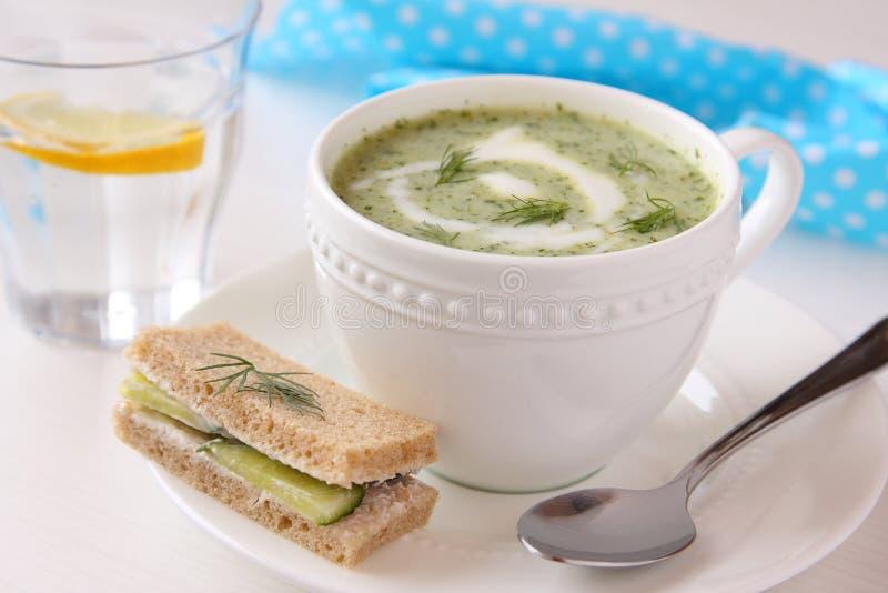 Koude komkommersoep met dille, yoghurt en komkommersandwich royalty-vrije stock afbeelding