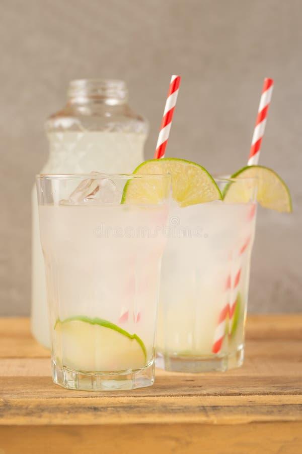 Koude limonade, kalk, koeldrank, de zomerstemming, cocktail met ijs royalty-vrije stock afbeeldingen