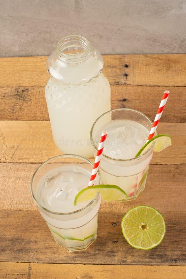 Koude limonade, kalk, koeldrank, de zomerstemming, cocktail met ijs royalty-vrije stock fotografie