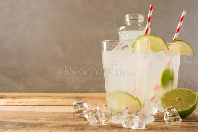 Koude limonade, kalk, koeldrank, de zomerstemming, cocktail met ijs royalty-vrije stock afbeelding
