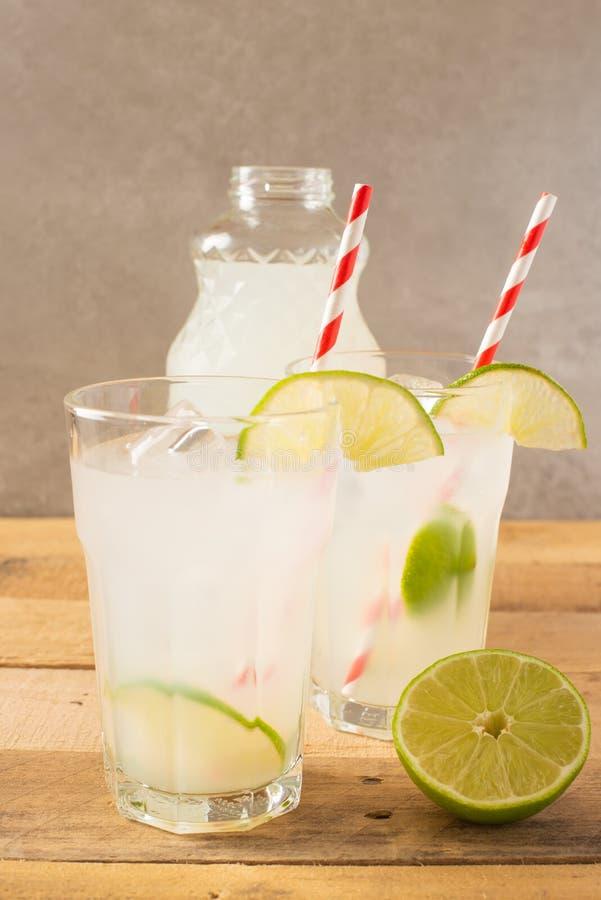 Koude limonade, kalk, koeldrank, de zomerstemming, cocktail met ijs royalty-vrije stock foto