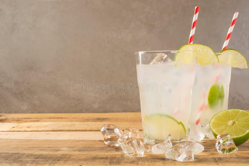 Koude limonade, kalk, koeldrank, de zomerstemming, cocktail met ijs stock afbeelding