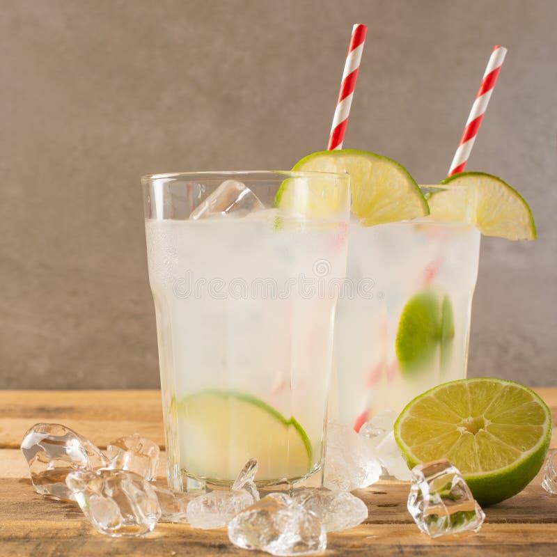 Koude limonade, kalk, koeldrank, de zomerstemming, cocktail met ijs stock afbeeldingen
