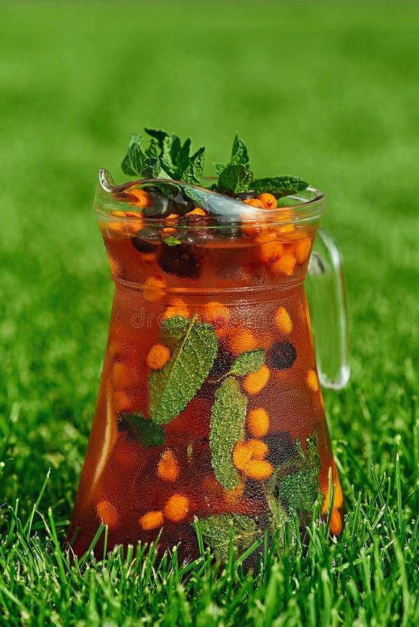 Koude Limonade op groen gras in de zomer stock foto's
