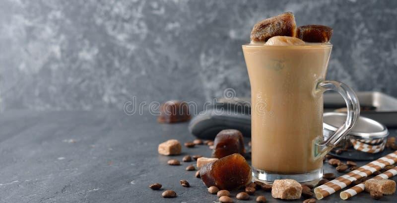 Koude melk met koffieijs stock foto