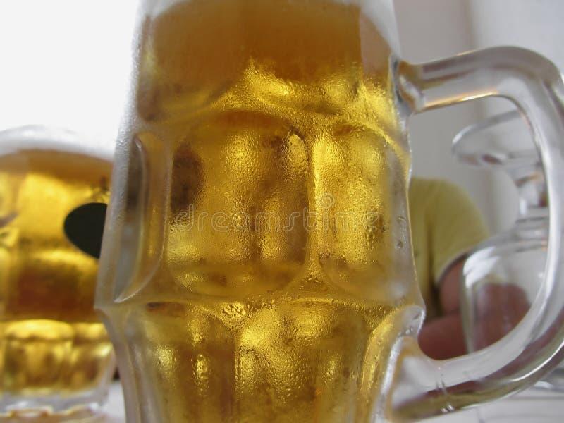 Koude mok licht bier op de lijst bij een restaurant stock foto