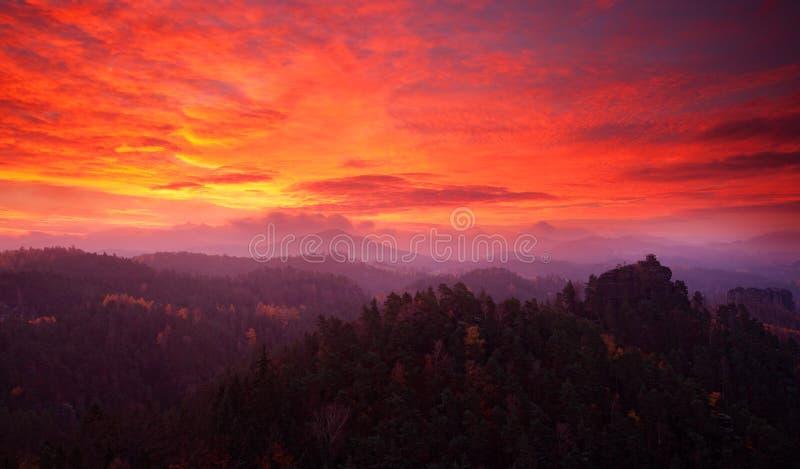 Koude nevelige ochtendzonsopgang in een dalingsvallei van het Boheemse park van Zwitserland Heuvel met meningshut op heuvel die v stock fotografie