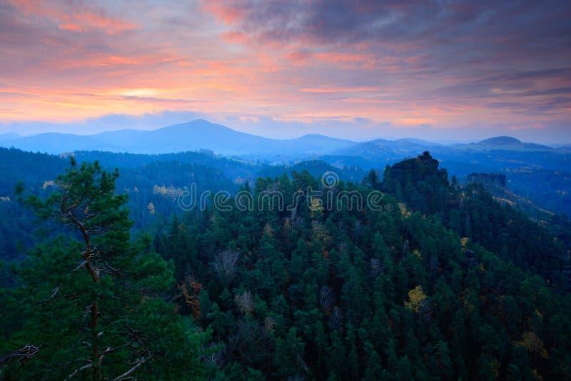Koude nevelige ochtendzonsopgang in een dalingsvallei van het Boheemse park van Zwitserland Heuvel met meningshut op heuvel die v royalty-vrije stock afbeelding