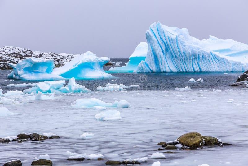 Koude nog wateren van antarctische overzeese lagune met afdrijvend blauw ijs royalty-vrije stock fotografie