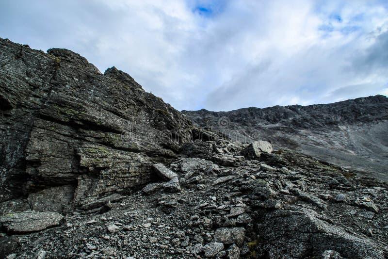 Koude noordelijke grijze stenen Natuurlijke achtergrond stock afbeelding