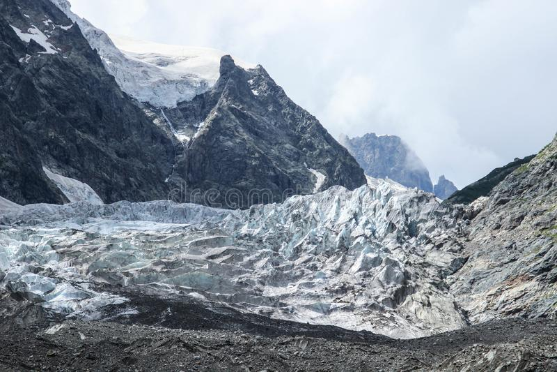 Koude ruwe aard van Onderstel Ushba: rotsen en gletsjer royalty-vrije stock afbeelding