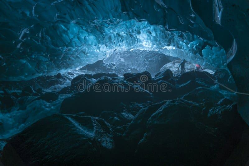 Koude schone lopend waterstroom in smaragdgroen blauw hol in Vatnajokull stock fotografie